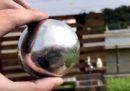 Questa sfera lucida si può ottenere dalla carta stagnola, con un po' di pazienza