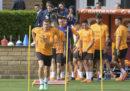 I giocatori della Roma con la maglietta per Sean Cox, il tifoso del Liverpool ferito dai tifosi della Roma
