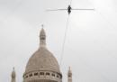 Il video della funambola che ha camminato sopra Montmartre a Parigi, senza protezioni