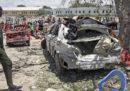 Almeno tre persone sono morte in una grossa esplosione causata da un'autobomba a Mogadiscio, in Somalia