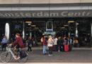 L'uomo che venerdì ha accoltellato due persone nella stazione centrale di Amsterdam lo avrebbe fatto come atto di terrorismo