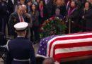 Il video di Bob Dole che si alza dalla carrozzina pur di rendere omaggio a George H. W. Bush