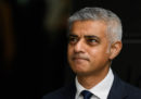 Il sindaco di Londra ha detto che la città pagherà la tassa per il permesso di soggiorno di tutti i dipendenti europei della sua amministrazione dopo Brexit