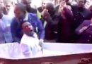 Il video virale della truffa di un predicatore sudafricano che dice di risuscitare i morti