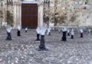 L'installazione con le mani che affondano ad Atri, contro Salvini