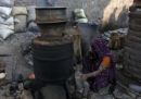 In India sono morte almeno 95 persone per aver bevuto liquore di contrabbando