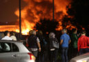 Otto persone sono state condannate per l'incendio dello scorso ottobre nel deposito di rifiuti di via Chiasserini a Milano