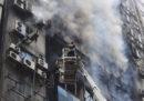 C'è un grosso incendio in un palazzo di 19 piani a Dacca, in Bangladesh: ci sono almeno 19 morti