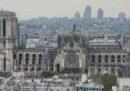 A Parigi si sta cercando di coprire la cattedrale di Notre-Dame per evitare nuovi danni causati dalla pioggia