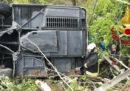 Un bus si è ribaltato su un raccordo autostradale vicino a Siena: c'è almeno un morto