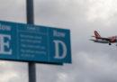 L'aeroporto di Gatwick, a Londra, ha ripreso le attività dopo l'arresto di un uomo, sospettato di avere con sé due coltelli