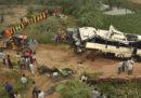 29 persone sono morte nello stato indiano dell'Uttar Pradesh dopo che l'autobus su cui viaggiavano è finito in un fossato