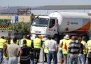 In Portogallo, polizia ed esercito stanno distribuendo carburante nel paese a causa di uno sciopero degli autisti delle autocisterne