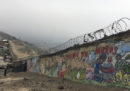 Il muro che divide Lima tra ricchi e poveri