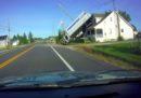 Forse vorrete sapere come questo camion è finito sul tetto di una casa