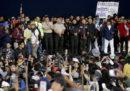 In Ecuador otto poliziotti sono stati catturati dai manifestanti e fatti sfilare davanti alla folla