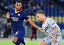 Il tifoso autore degli insulti razzisti al calciatore della Roma Juan Jesus è stato denunciato per stalking e minacce aggravate da odio razziale