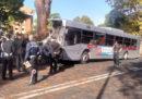 Un autobus si è scontrato contro un albero a Roma