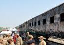 Almeno 71 persone sono morte in Pakistan per un incendio su un treno
