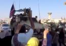 I video dei curdi che lanciano pomodori e pietre ai soldati statunitensi che si ritirano