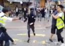 A Hong Kong un poliziotto ha sparato a un manifestante disarmato