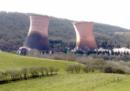 La spettacolare demolizione di una vecchia centrale elettrica nel Regno Unito