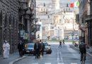 La foto di Papa Francesco che cammina in via del Corso semideserta