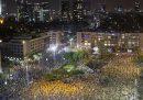 La manifestazione con il distanziamento sociale in Israele