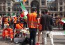 """La protesta non distanziata dei """"gilet arancioni"""" a Milano"""
