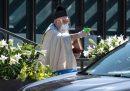 Un sacerdote americano ha usato una pistola ad acqua per le benedizioni