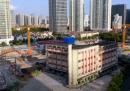 A Shanghai hanno fatto camminare una scuola