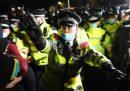Le violenze della polizia di Londra durante la veglia per Sarah Everard