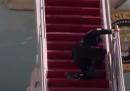 Il video di Joe Biden che scivola per tre volte sulla scala dell'Air Force One