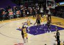 Il canestro da 3 punti di LeBron James che ha mandato i Lakers ai playoff di NBA