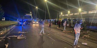 Ci sono stati gravi scontri davanti ai cancelli di un'azienda di logistica nel lodigiano, nove persone sono rimaste ferite